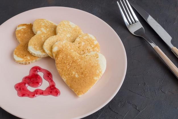 Herzförmige pfannkuchen zum frühstück am valentinstag Premium Fotos