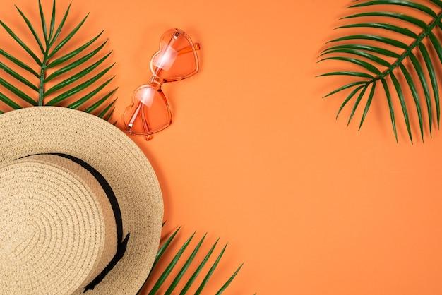 Herzförmige sonnenbrille und hut Premium Fotos