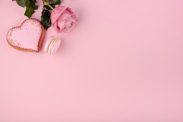 Herzförmiger keks mit rose und macaron Kostenlose Fotos