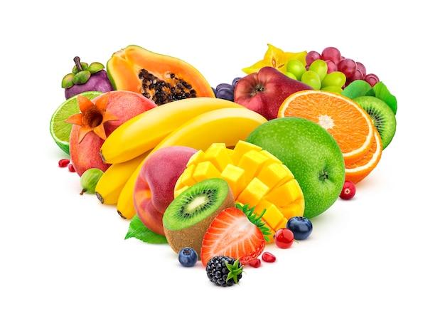 Herzform gemacht von den verschiedenen früchten und von beeren lokalisiert auf weißem hintergrund Premium Fotos