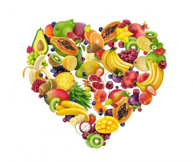 Herzform gemacht von den verschiedenen früchten und von den beeren, lokalisiert auf weiß Premium Fotos