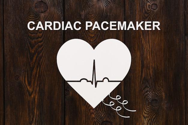 Herzform mit echokardiogramm und cardiac pacemaker-text Premium Fotos