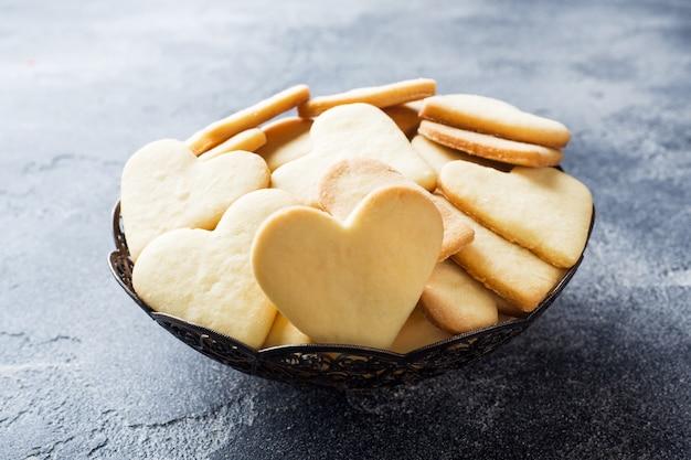 Herzheimplätzchen auf einer platte Premium Fotos