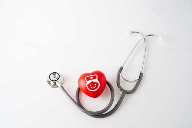 Herzikone und stethoskop, medizinisches u. gesundheitswesenkonzept Premium Fotos