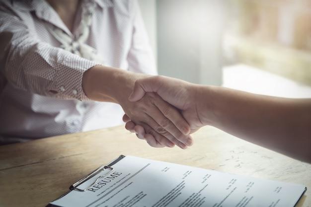 Herzlichen glückwunsch, hr handshakes, um denjenigen zu gratulieren, die für die arbeit mit dem unternehmen ausgewählt wurden Premium Fotos