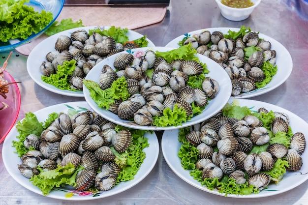 Herzmuscheln meeresfrüchte im markt Premium Fotos