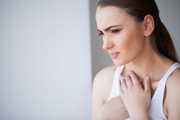 Herzschmerz. schönheit, die unter den schmerz im kasten leidet. gesundheitsprobleme Premium Fotos