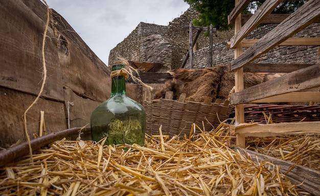 Heuwagen mit einer grünen glasflasche auf einem französischen schloss Premium Fotos