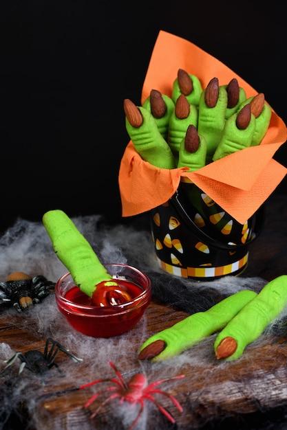 Hexen fingerplätzchen aus mürbeteig mit mandelfingernagel. Premium Fotos