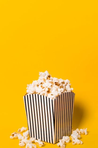 Higgh winkel popcorn auf dem tisch Kostenlose Fotos