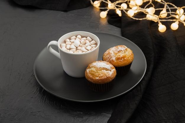 High angle arrangement mit marshmallow drink und muffins Kostenlose Fotos