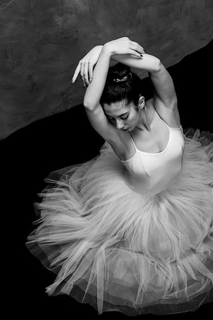 High angle ballerina mit verschränkten armen Kostenlose Fotos