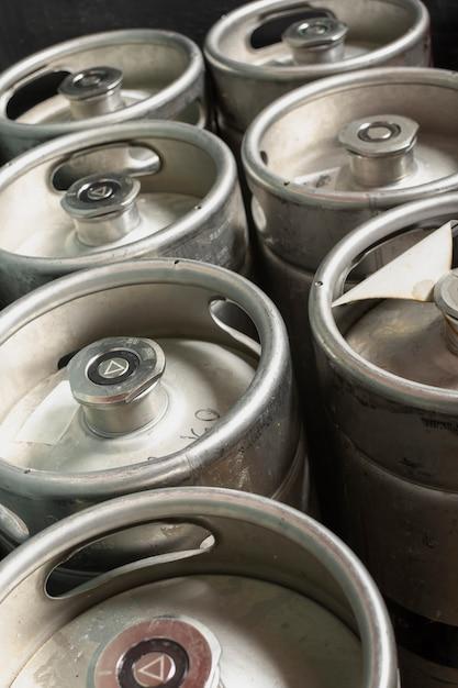 High angle barrels mit bier vom fass Kostenlose Fotos