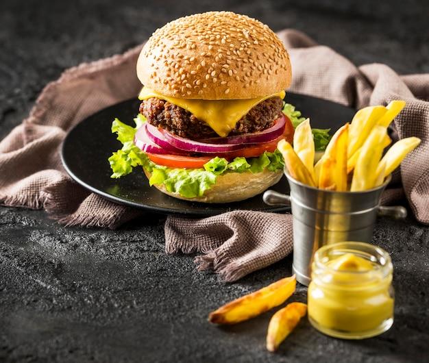 High angle beef burger, pommes und sauce mit bier Kostenlose Fotos