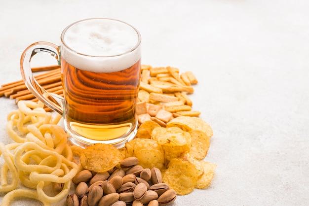 High angle bierkrug und snacks Kostenlose Fotos