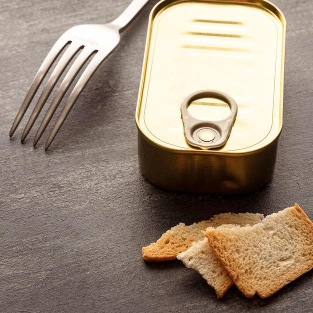 High angle blechdose mit toast und gabel Kostenlose Fotos