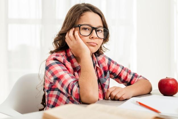 High angle bored girl während des studiums Kostenlose Fotos