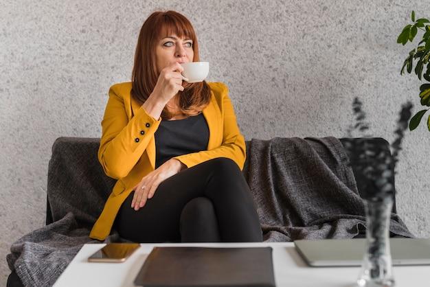 High angle business frau kaffee zu geniessen Kostenlose Fotos