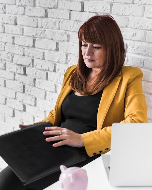 High angle business woman konzentrierte sich auf die arbeit Kostenlose Fotos