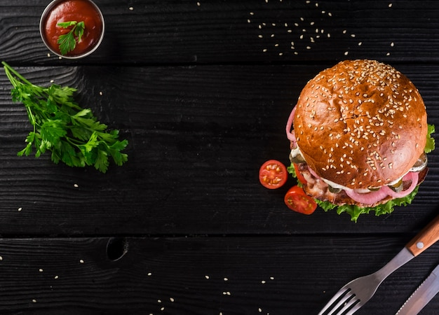 High angle classic burger mit besteck Kostenlose Fotos