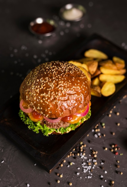 High angle classic burger mit pommes frites Kostenlose Fotos