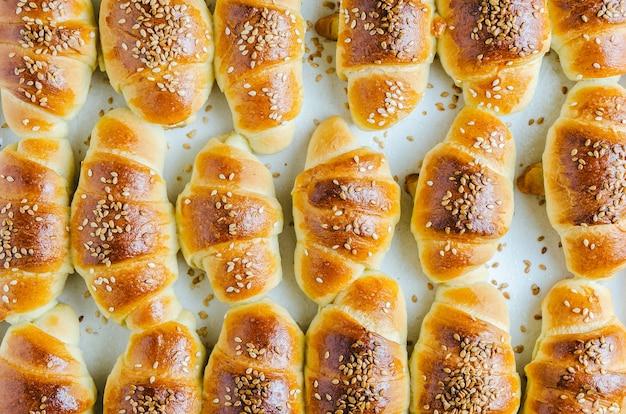 High angle closeup shot von köstlichen kleinen croissants aus dem ofen genommen Kostenlose Fotos