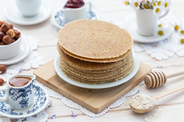 High angle closeup shot von rohen veganen pfannkuchen in einem ästhetischen tischdesign Kostenlose Fotos