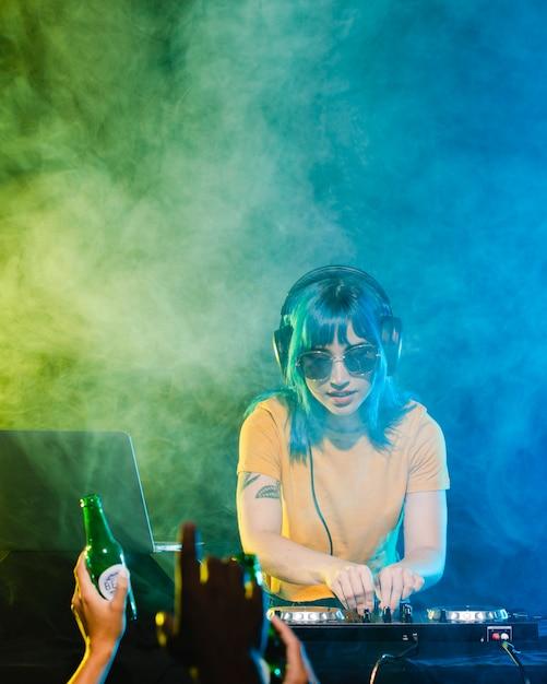 High angle clubbing time mit weiblichem dj Kostenlose Fotos