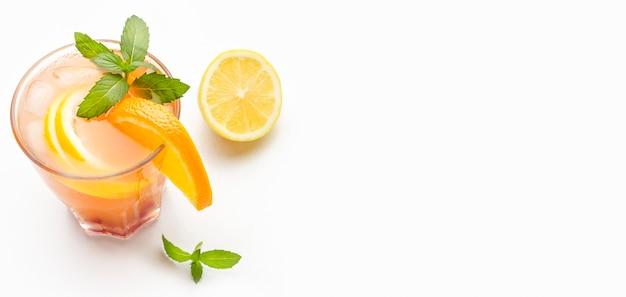 High angle cocktail mit orange und kopierraum Kostenlose Fotos