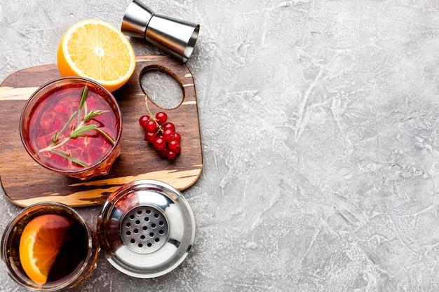 High angle cranberry wodka auf schneidebrett mit kopierraum Kostenlose Fotos