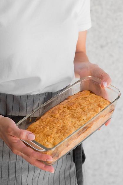 High angle frau hält kuchenform Kostenlose Fotos