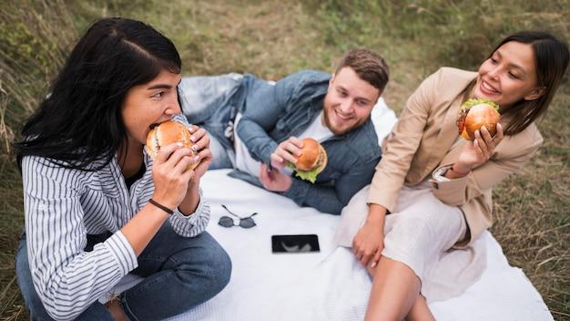 High angle freunde essen burger Kostenlose Fotos