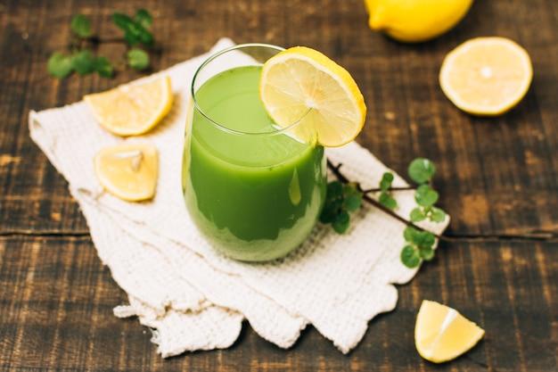 High angle green smoothie mit zitronen Kostenlose Fotos