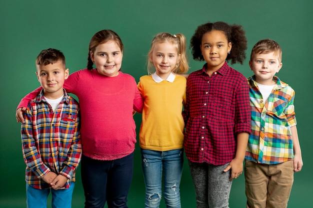 High angle gruppe von kindern Kostenlose Fotos