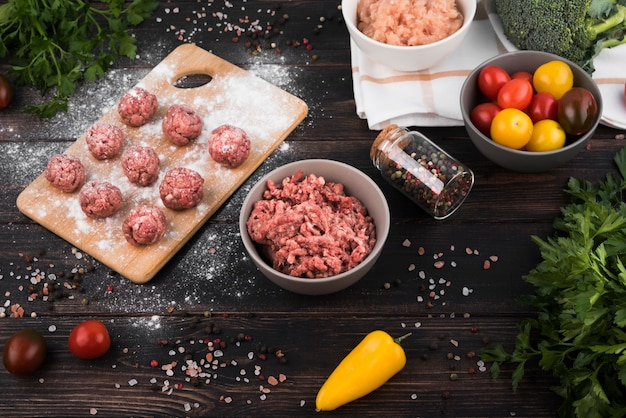 High angle hackfleisch, frikadellen und zutaten Kostenlose Fotos
