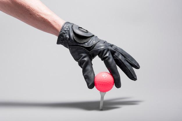 High angle hand platzierung golfball Kostenlose Fotos