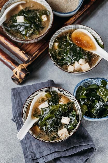 High angle japanisches essen in schalenanordnung Kostenlose Fotos