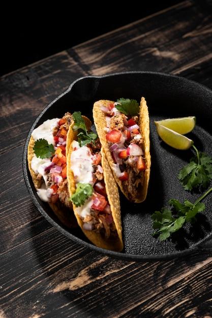 High angle leckere tacos mit fleisch Kostenlose Fotos