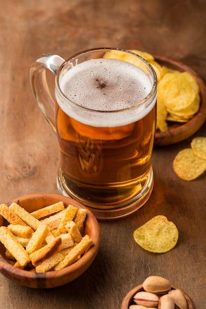 High angle leckeren bierkrug und pommes Kostenlose Fotos