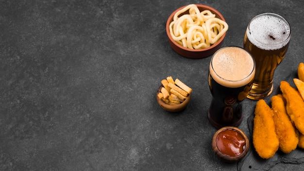High angle leckeres essen und bierglas Kostenlose Fotos