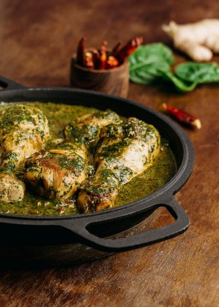 High angle leckeres hühnchengericht Kostenlose Fotos