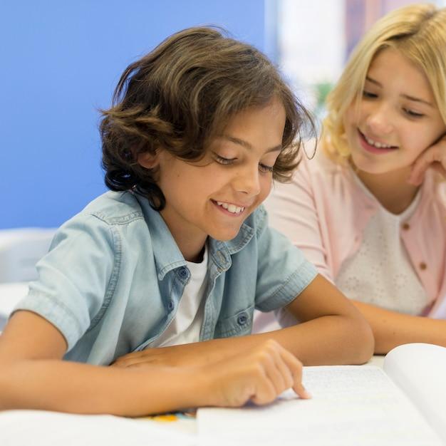 High angle mädchen und jungen lesen Kostenlose Fotos