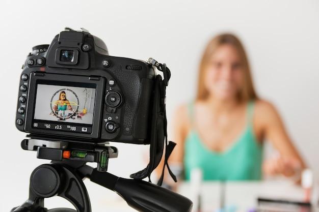 High angle make-up tutorial mit jungen frau Kostenlose Fotos