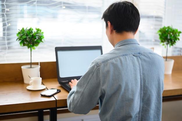 High angle male arbeitet am laptop Kostenlose Fotos