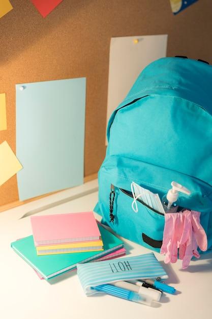 High angle new normal school supplies zusammensetzung Kostenlose Fotos
