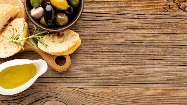 High angle oliven mischen brot und öl untertasse mit kopie raum Kostenlose Fotos
