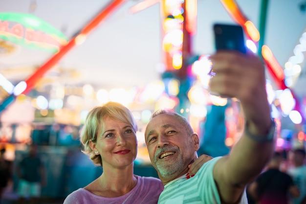 High angle people, die ein selfie machen Kostenlose Fotos