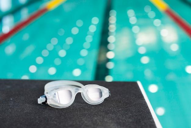 High angle pool view und schwimmbrille Kostenlose Fotos