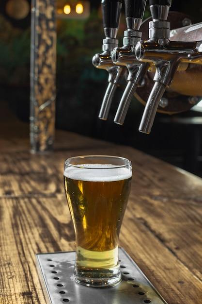 High angle pub eingerichtet, um frisches bier einzuschenken Kostenlose Fotos