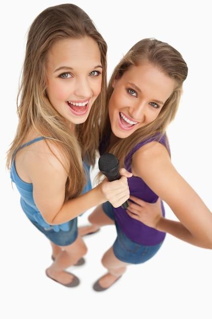 High-angle-schuss von zwei jungen schönheit singen Premium Fotos